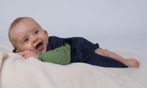 Baby-in-frottee-schlafsack-aus-merinowolle-und-seide