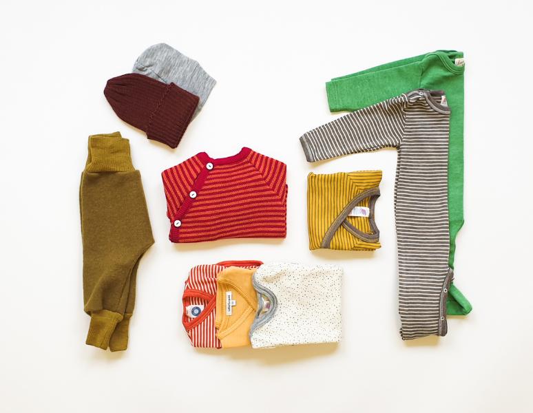Bio Babykleider Erstausstattung Body Strampler Hose Mützchen Shirt Wickeljacke Söckchen
