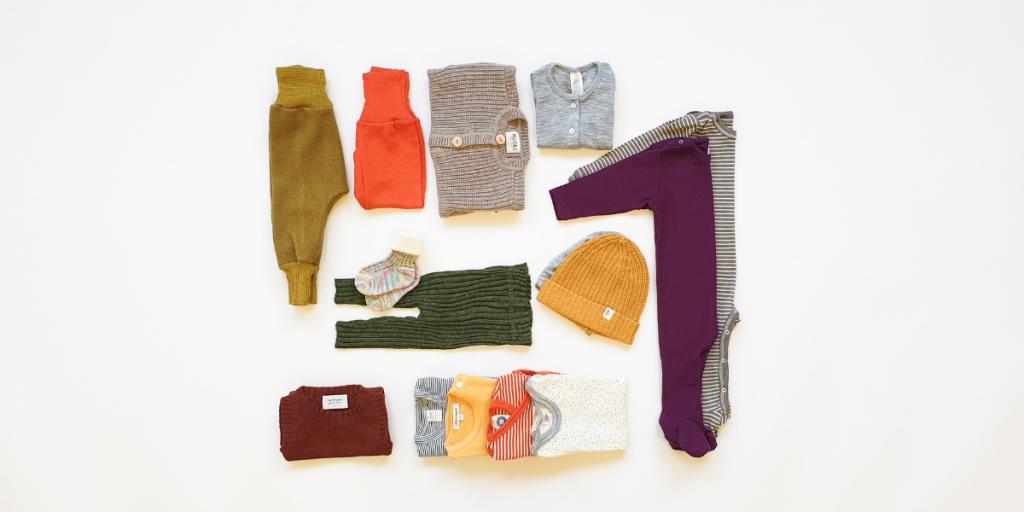 Bio Babykleider Wolle Seide Erstausstattung Body Strampler Hose Mützchen Shirt Wickeljacke Söckchen Strumpfhose