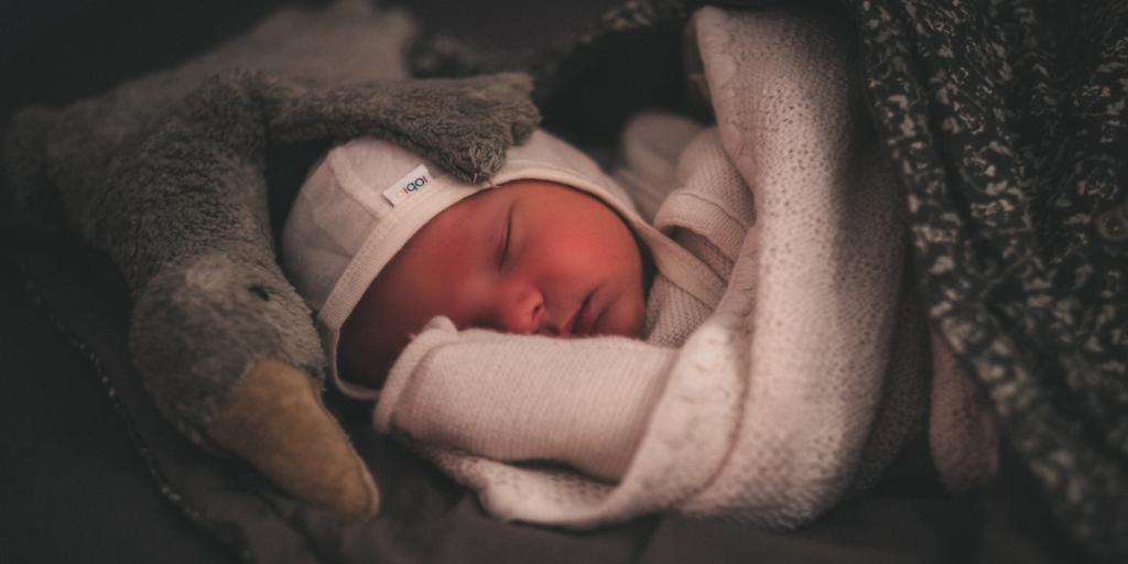 Baby schläft in Wolle Seide Jäckchen