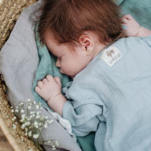 Schlafendes Baby in Leinen-Jäckchen