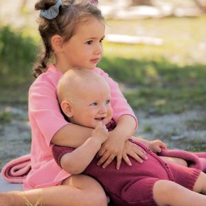 Kind und Baby mit Sommer-Walkkleid und Baby-Overall für Sommer