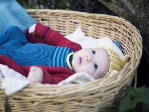 Baby in warmer Winterkleidung aus Naturmaterialien