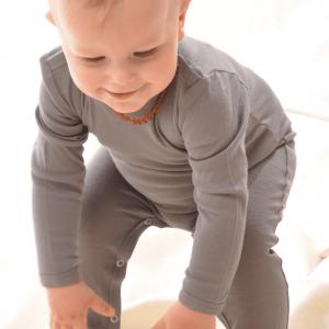 Baby mit Strampler aus Bio Seide von Alkena
