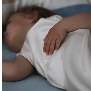 Schlafendes Baby in Schafsack aus Bio Seide von Kleine Nachtigall