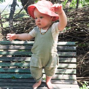 Baby mit Latzhose aus Leinen der Marke Matona