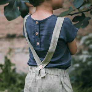 Kind mit Shirt und Hose für Sommer von Matona aus Leinen
