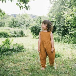 Kind mit Sommer-Overall von Matona