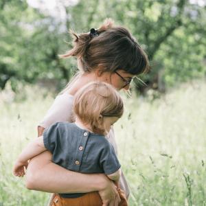 Mutter und Kind mit Babykleidung für Sommer aus Leinen der Marke Matona